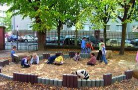 Újrahasznosított műanyag parkberendezések a Játszókerttől
